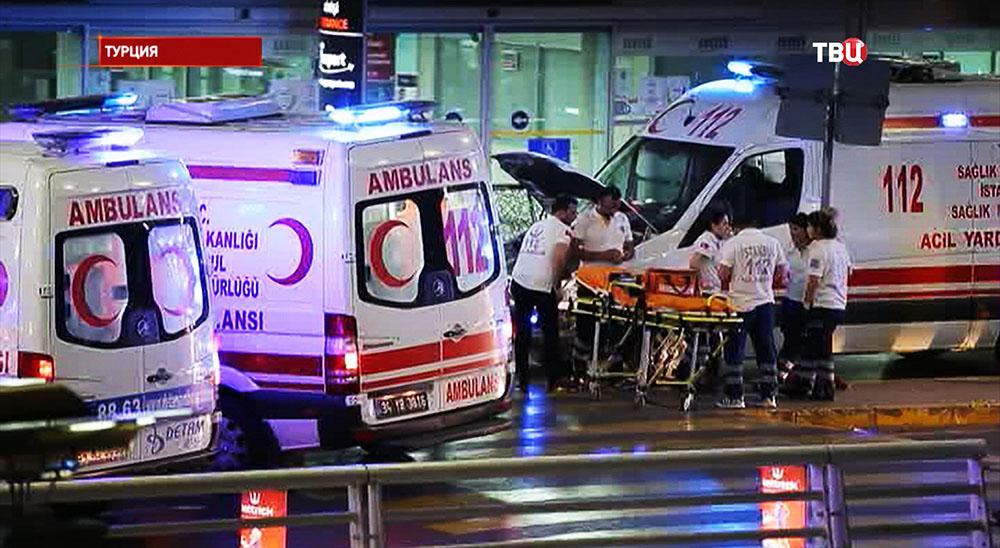 Автомобили скорой помощи на месте происшествия в аэропорту Стамбула, Турция