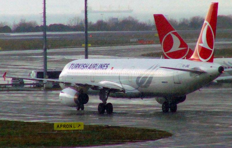 Пассажирские самолеты на ВПП в аэропорту Стамбула