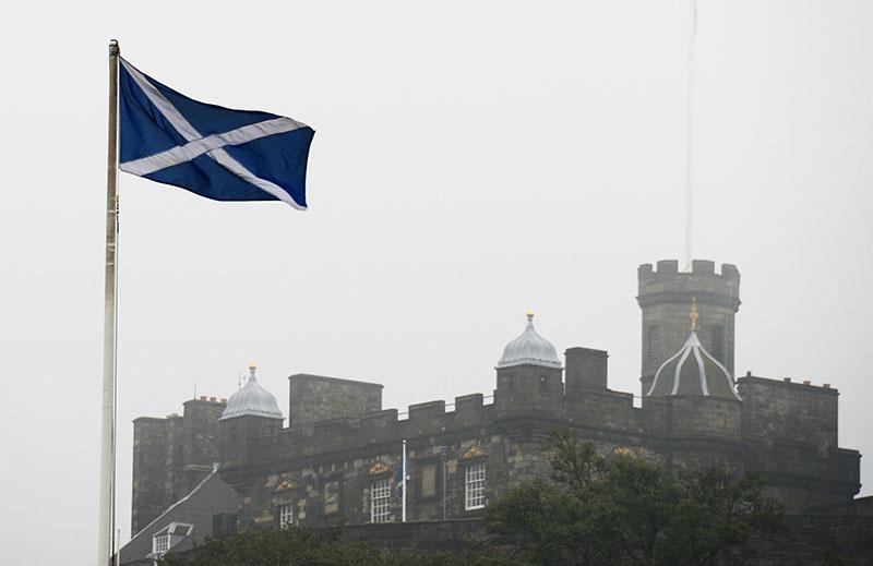 Флаг Шотландии на фоне Эдинбургского замка