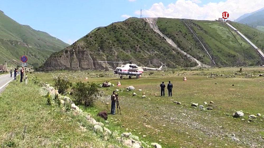 Вертолет МЧС в горах