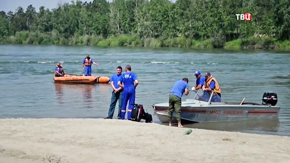 Сотрудники МЧС проводят спасательную операцию на воде