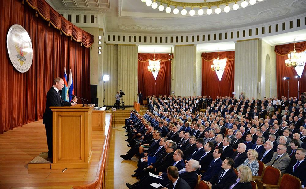 Президент России Владимир Путин выступает перед российскими дипломатами