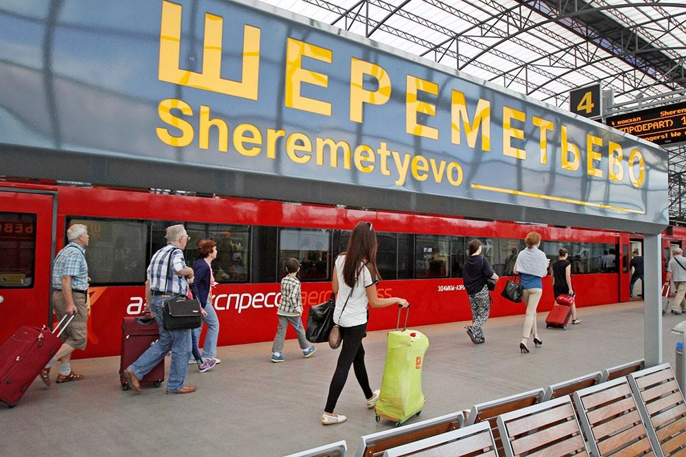 """Пассажиры прибыли в аэропорт """"Шереметьево"""" на """"Аэроэкспрессе"""""""
