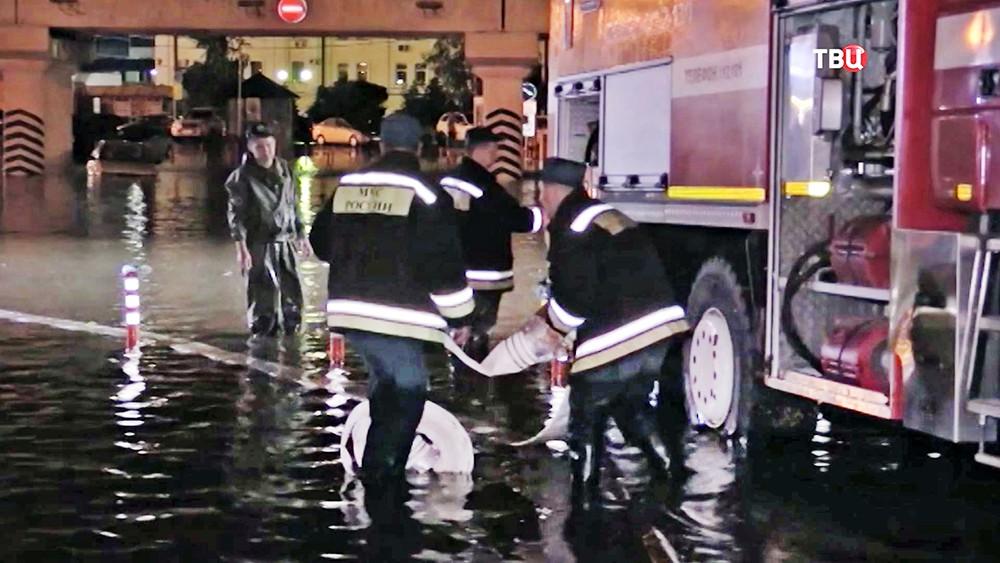 Спасатели МЧС работают на месте подтопления