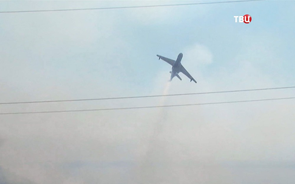 Спецборт МЧС Ил-76 тушит лесные пожары