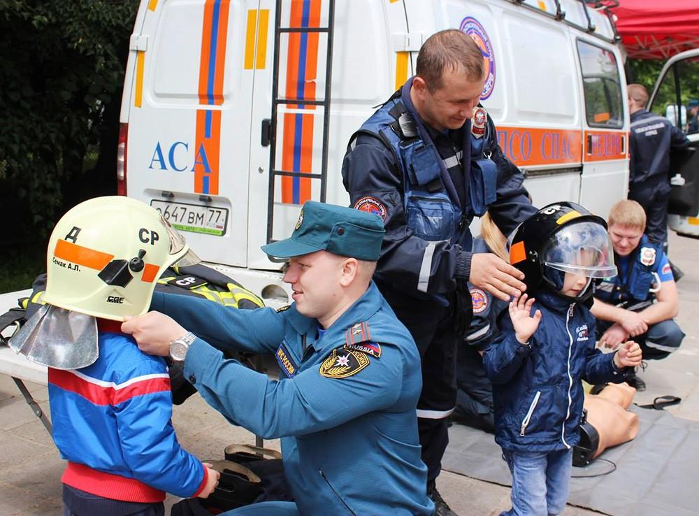 """Спасатели МЧС устроили для детей """"День безопасности"""""""