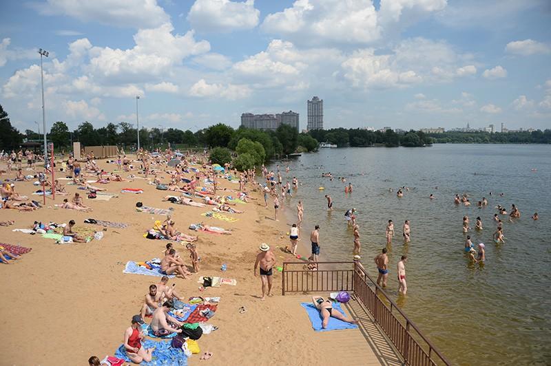 Москвичи отдыхают на пляже в Строгинской пойме