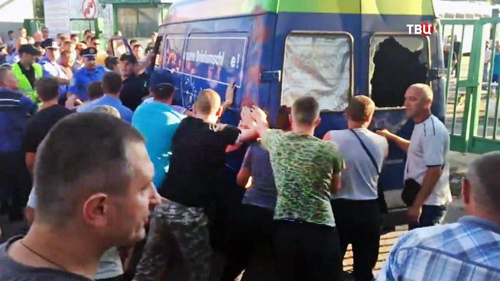 Жители Украины перекрыли дорогу