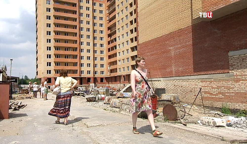 Дольщики возле недостроенного дома