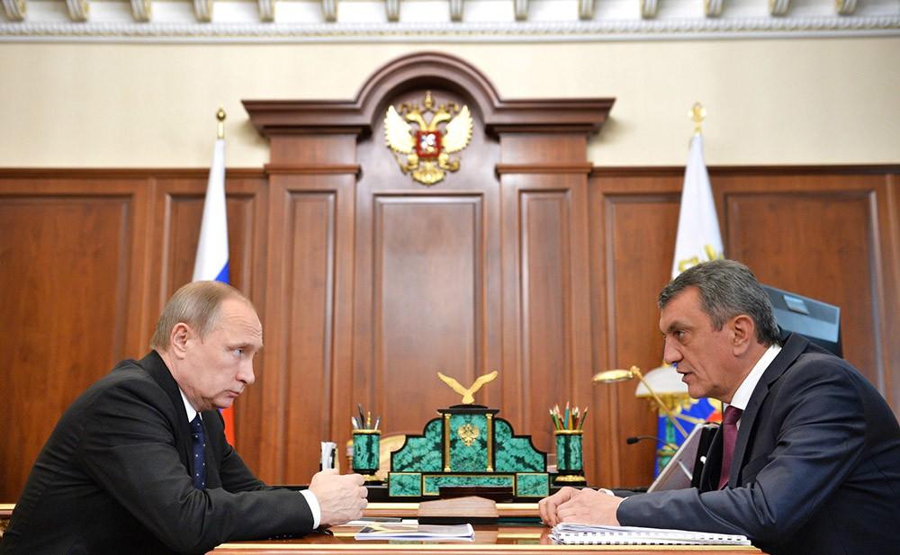 Президент России Владимир Путин и губернатор город Севастополя Сергей Меняйло