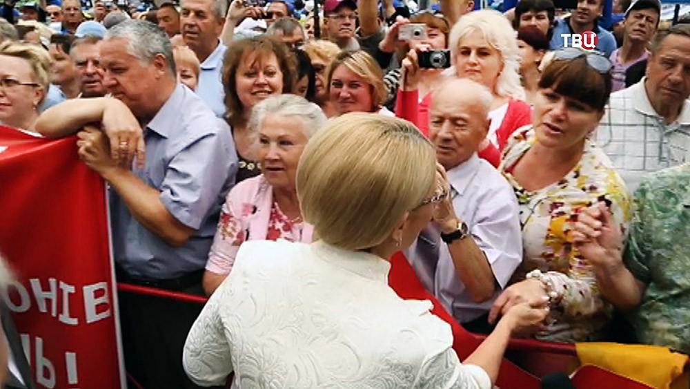 Юлий Тимошенко общается с митингующими