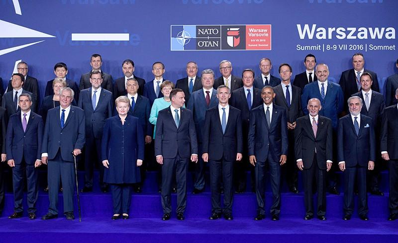 Участники саммита НАТО в Варшаве во время совместного фотографирования