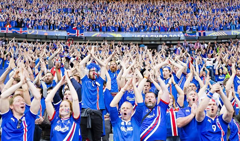 """Самоотверженные и дерзкие """"викинги"""" забивали во всех матчах, сдержали португальцев, одолели австрийцев и выбили англичан. Благодаря Исландии четвертьфинал Евро был похож на сказку: команда из 323-тысячного государства попала в восьмерку лучших на континенте. Несмотря на проигрыш, дома спортсменов встретили как настоящих героев. На улицы Рейкьявика вышли 10 тысяч человек. Под аплодисменты и барабаны игроки и болельщики исполнили победный клич викингов."""