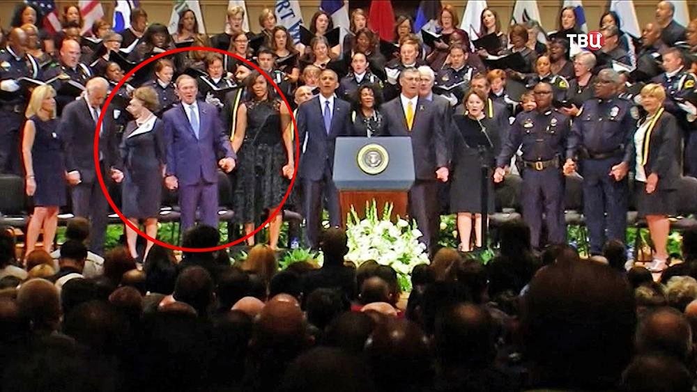 Бывший президент США Джордж Буш-младший танцует на панихиде в Далласе