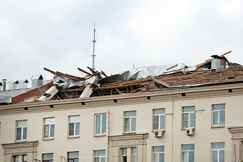 Ураган сорвал крушу с дома