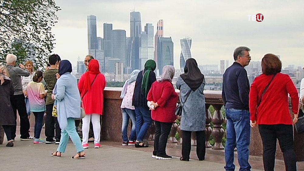 Туристы на смотровой площадке Воробьевых гор