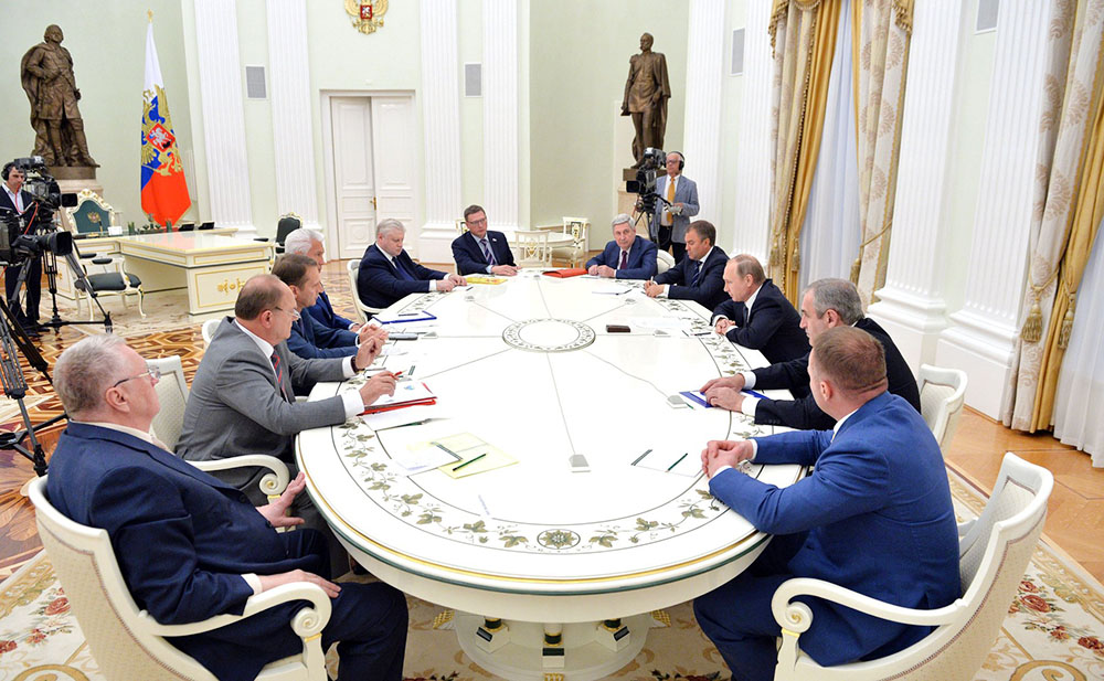 Президент России Владимир Путин на встрече с руководителями фракций Госдумы