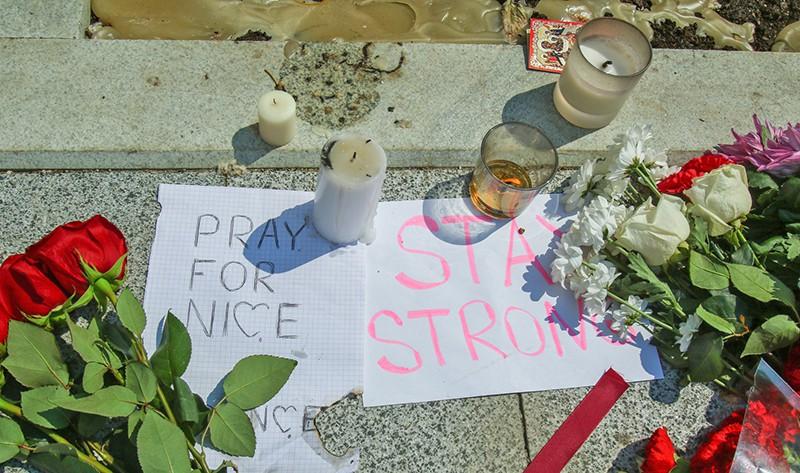 Цветы и свечи у посольства Франции в Москве в память о погибших при теракте в Ницце