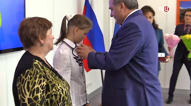 Глава МЧС награждает Юлию Король