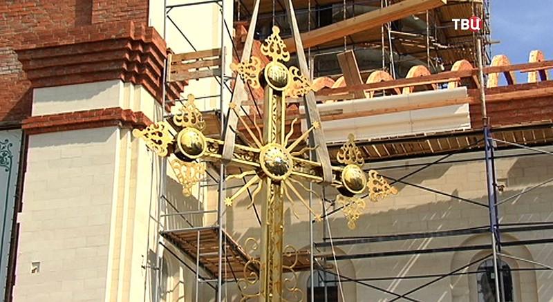 Установка креста на храме в честь преподобного Андрея Рублева