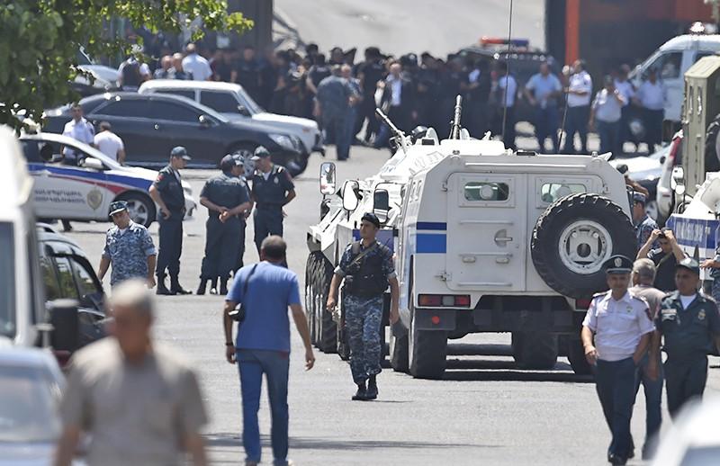 Полицейские у захваченного здания отделения полиции в районе Эребуни на окраине Еревана