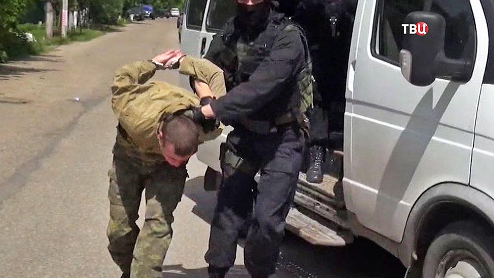 Бойцы СОБР ведут задержанного