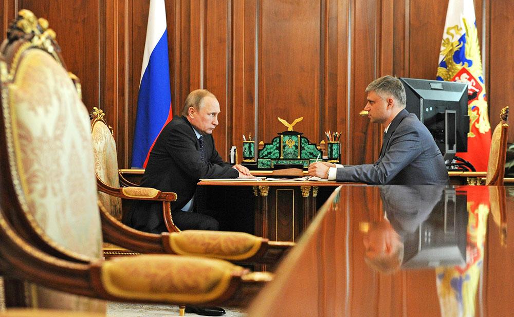 Президент России Владимир Путин и глава ОАО «РЖД» Олег Белозёров