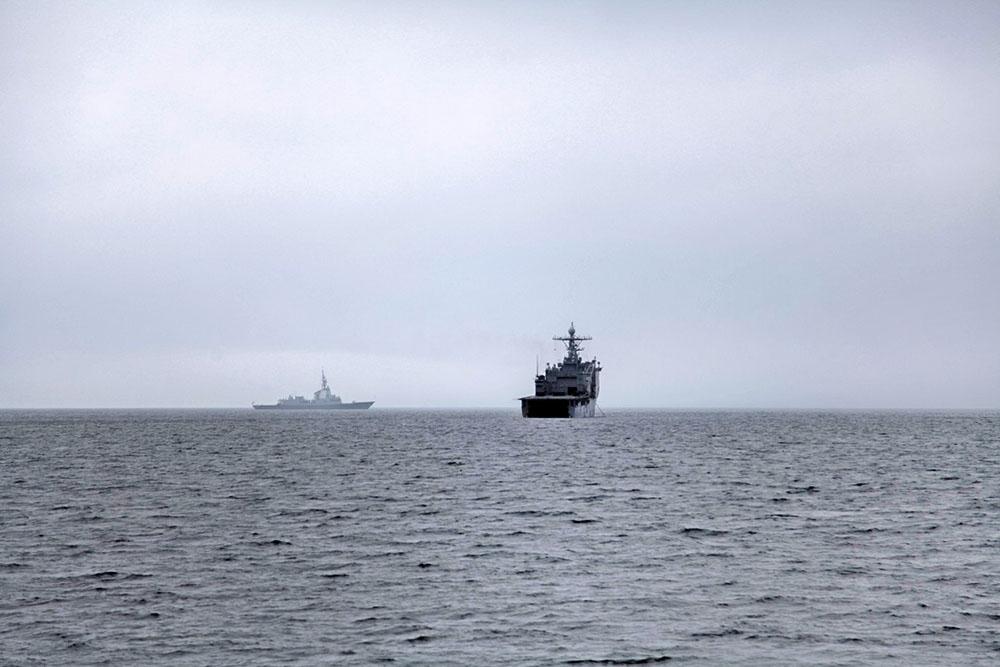 Военные корабли в море