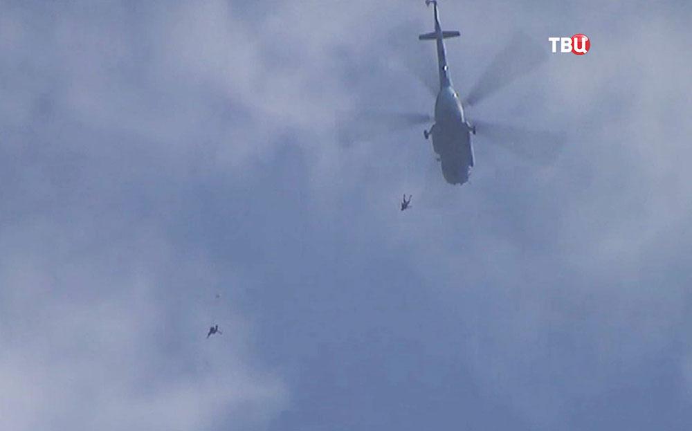 Парашютисты прыгают с вертолета