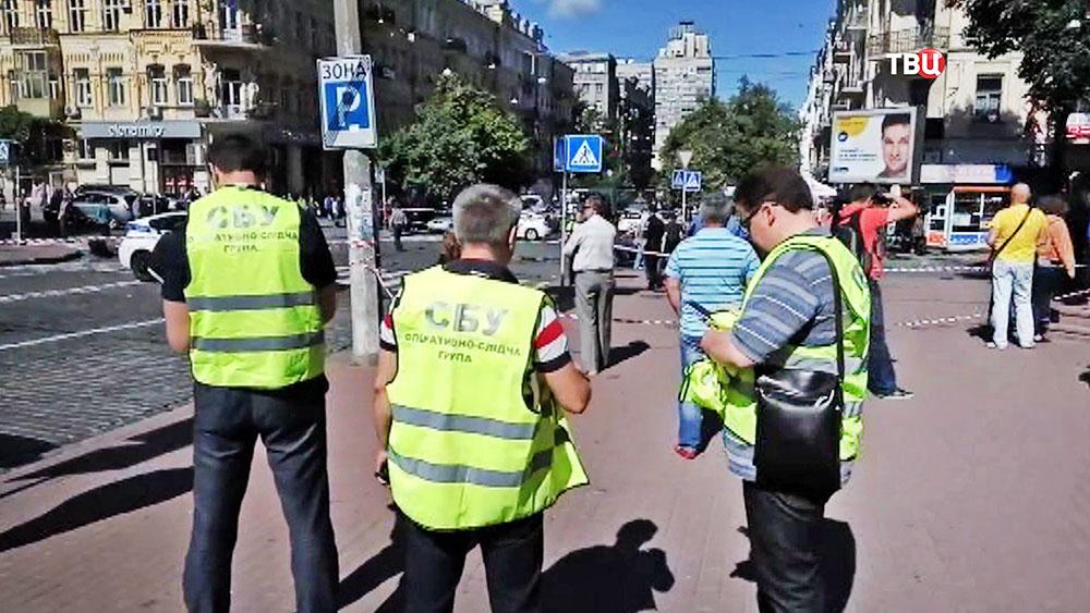 Сотрудники СБУ на месте взрыва автомобиля с журналистом Павлом Шереметом