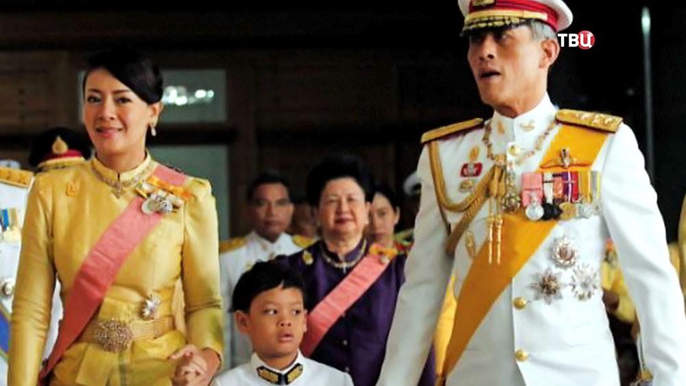 Принц Таиланда с супругой и сыном