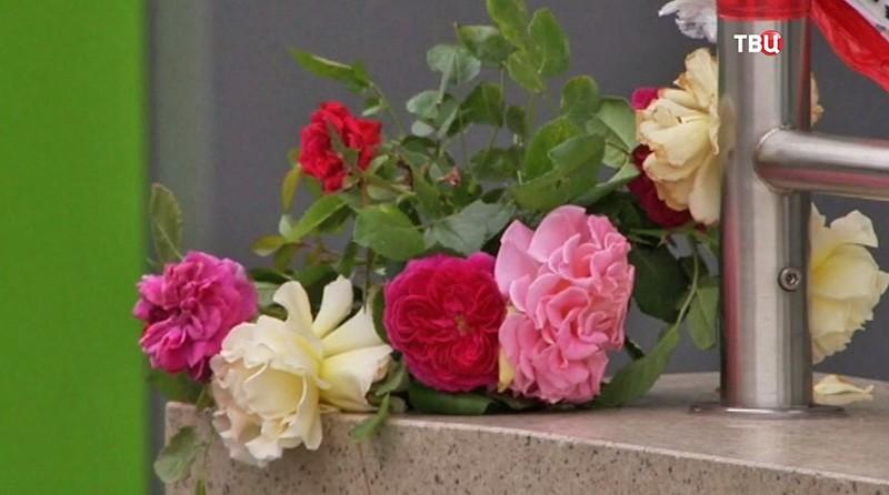 Цветы и свечи на месте стрельбы