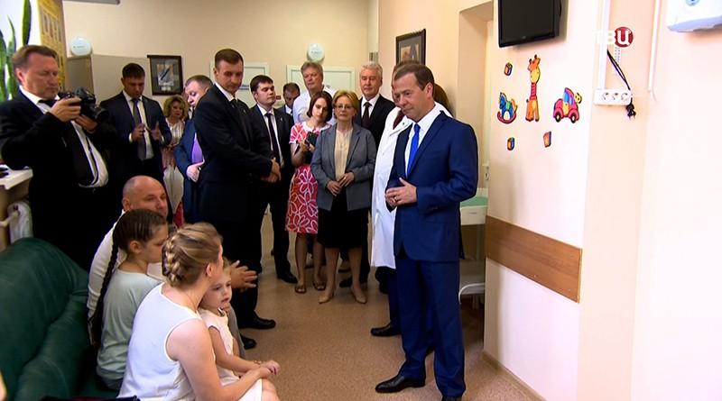 Председатель правительства РФ Дмитрий Медведев и мэр Москвы Сергей Собянин во время посещения Морозовской детской городской клинической больницы в Москве