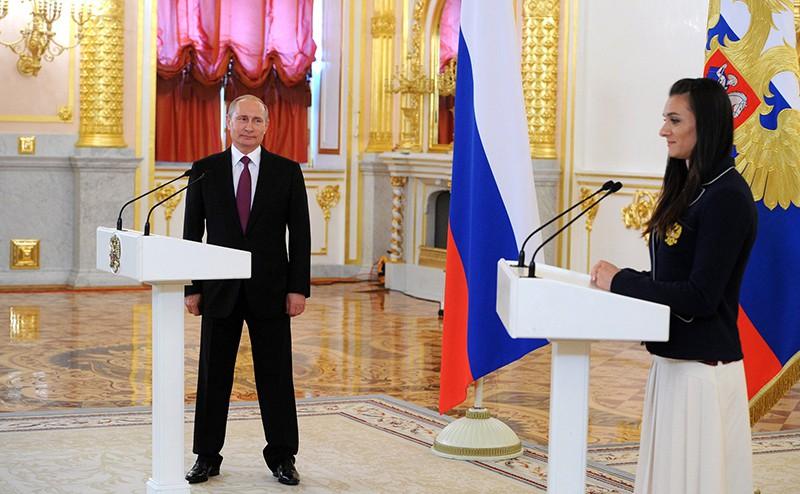 Владимир Путин и Елена Исинбаева во время встречи с олимпийской сборной России