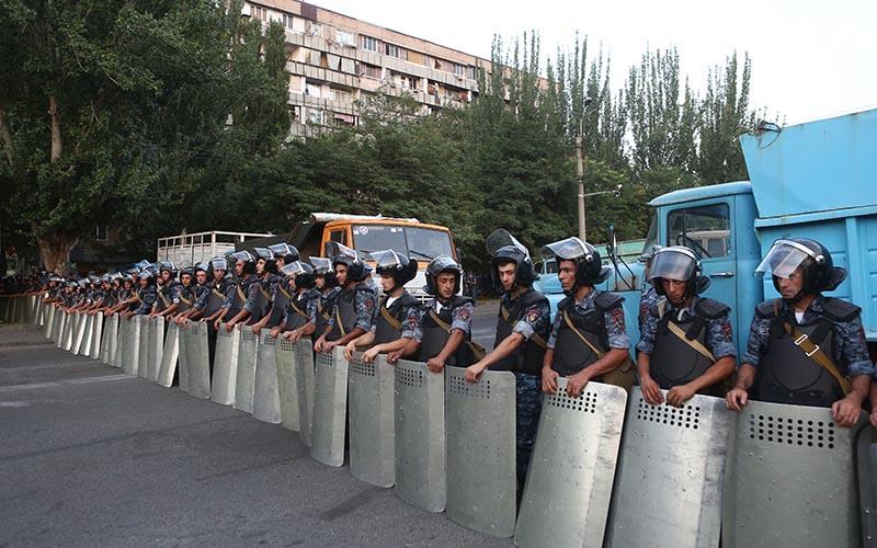 Группа полицейского спецназа на улице близ захваченного в Ереване здания полка патрульно-постовой службы