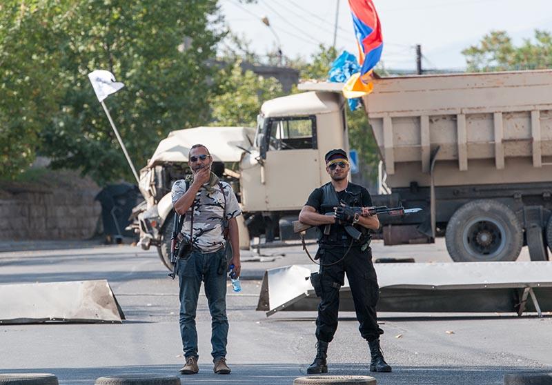 """Член группы """"Сасна црер"""" на территории захваченного полка патрульно постовой службы полиции района Эребуни в Ереване"""