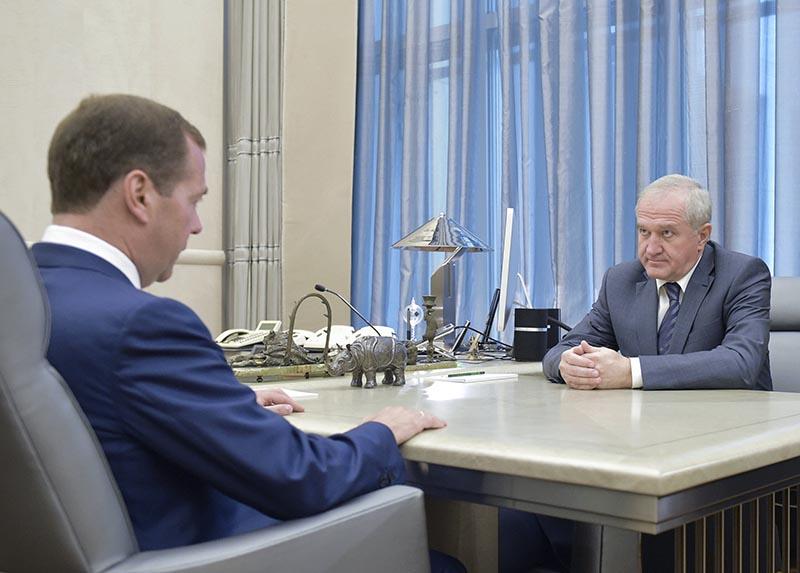 Председатель правительства РФ Дмитрий Медведев и новый руководитель Федеральной таможенной службы (ФТС) Владимир Булавин во время встречи