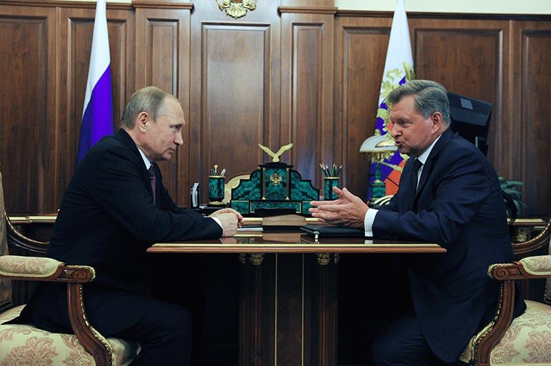 Президент России Владимир Путин и полномочный представитель президента РФ в Северо-Кавказском федеральном округе Олег Белавенцев