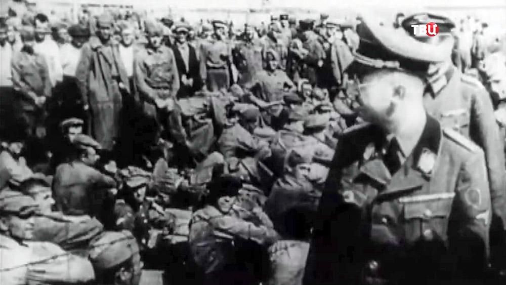 Генрих Гиммлер осматривает концентрационный лагерь