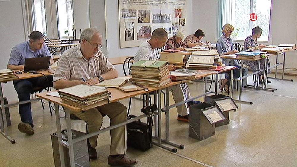 Историки изучают архивы