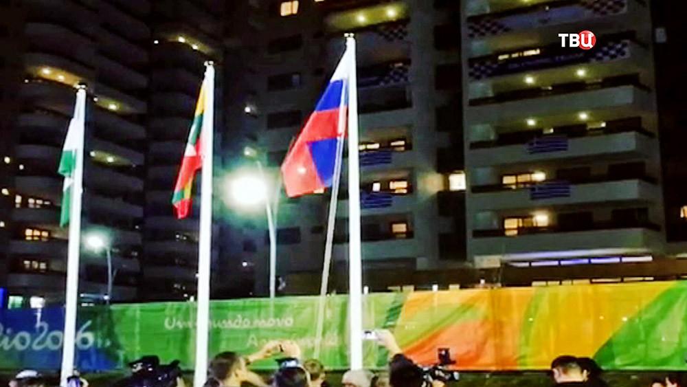 Флаг России над Олимпийской деревней в Рио-де-Жанейро