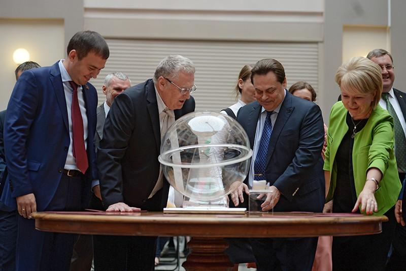 Во время жеребьёвки для определения порядка размещения наименований и эмблем политических партий в избирательном бюллетене