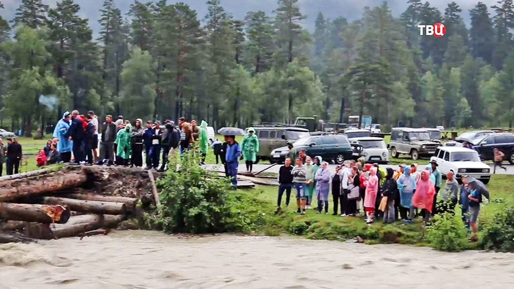 Жители возле разрушенного моста