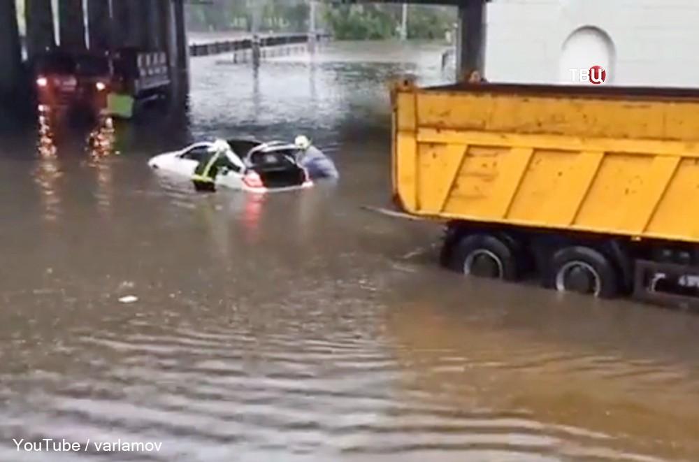 Последствия сильного ливня в Москве