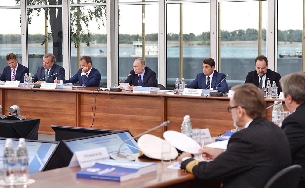 Президент России Владимир Путин на заседании президиума Госсовета по вопросу развития внутренних водных путей