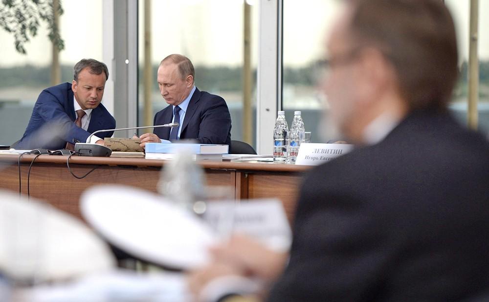 Президент России Владимир Путин и заместитель председателя правительства Аркадий Дворкович