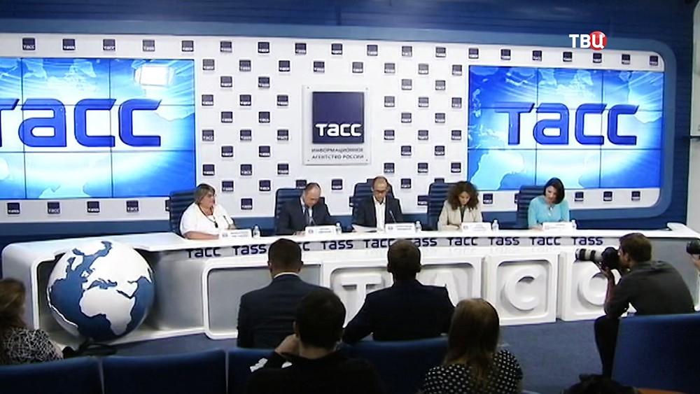 Руководитель Общественной палаты Александр Бречалов на пресс-конференции