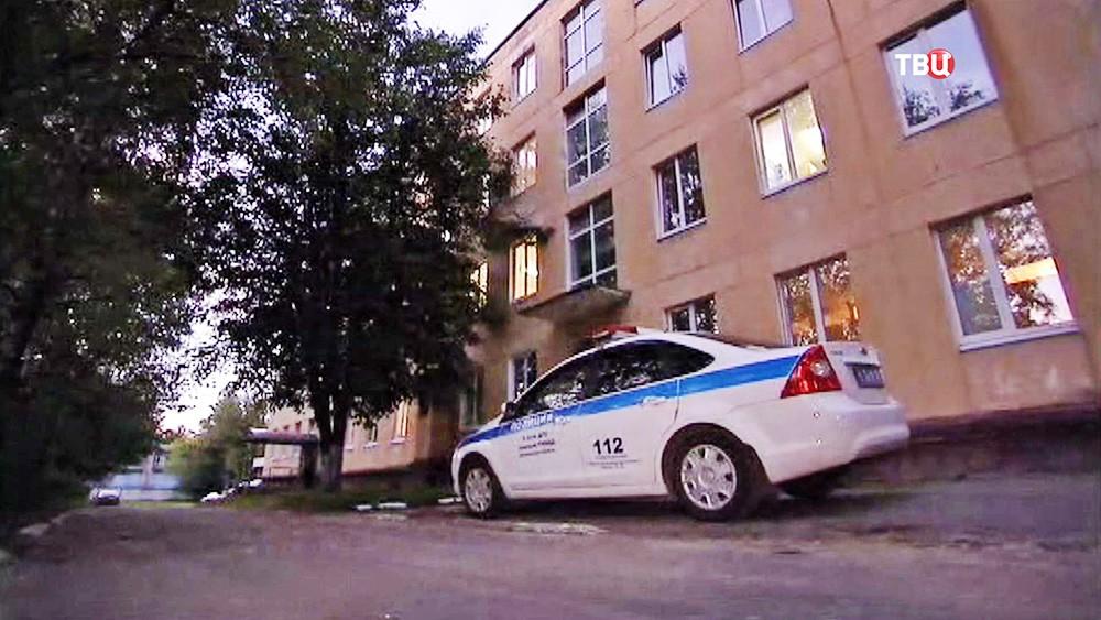 Автомобиль полиции возле больницы