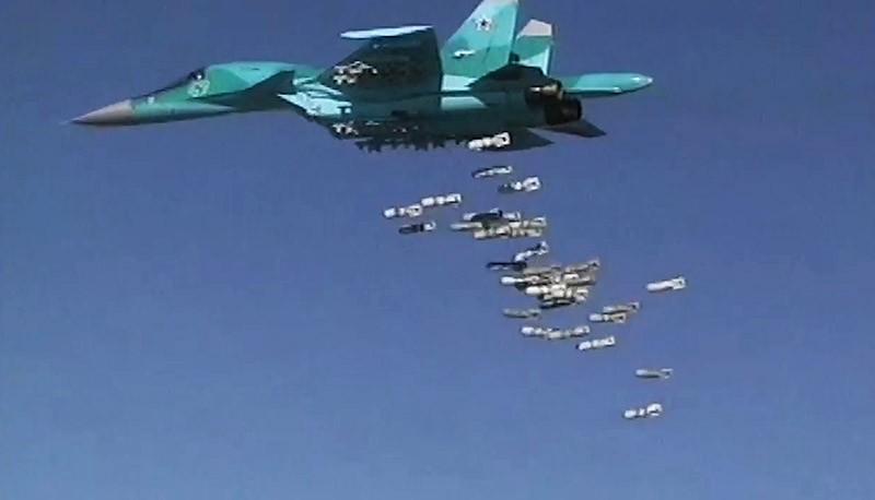 Бомбардировщик Су-34 ВКС России во время нанесения авиаудара по позициям ИГ в Сирии