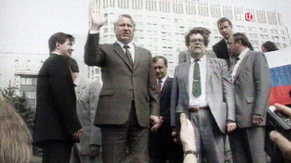 Борис Ельцин на фоне Белого дома
